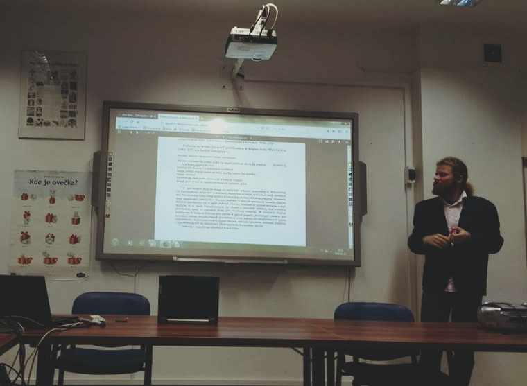 Były-prezes-KNS-UW-Robert-Rubaj-podczas-prezentowania-wyników-swoich-badań-nad-etnolingwistycznym-znaczeniem-Sofii