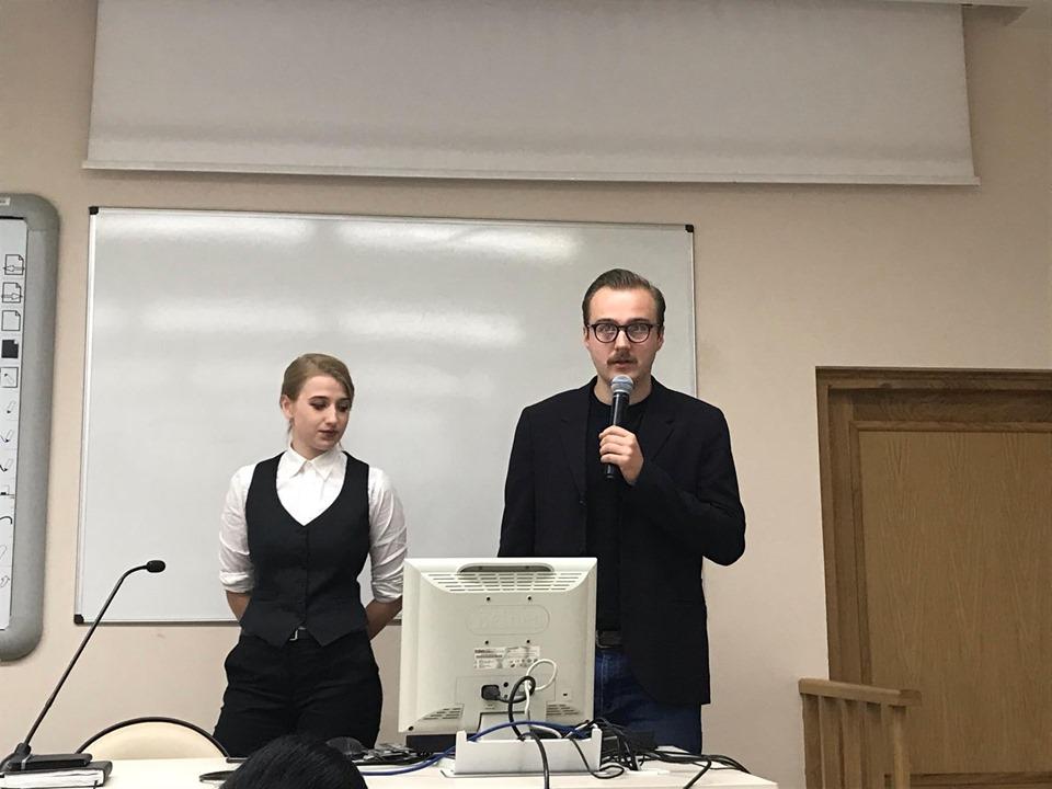 Filip-Wielechowski-Olszak-oraz-Zuzanna-Woszczerowicz-opowiadają-o-Kole-na-Inauguracji-roku-akademickiego-2019
